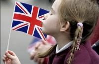Девочка с бритнским флагом