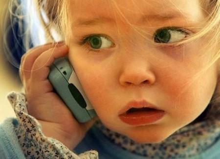 Ребенок звонит на номер телефона доверия