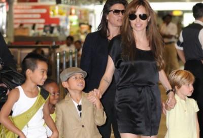Джоли усыновила ребенка